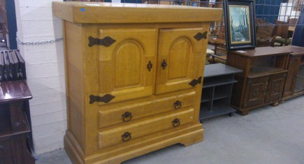 Среден шкаф, изцяло изработен от масив дъб