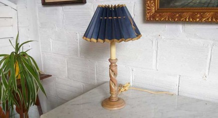 Настолна лампа с дървена основа-1