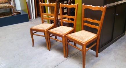 Три броя столове