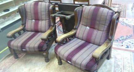 2бр.рустикални кресла с масивна дъбова конструкция и плюшена дамаска на бордо райе
